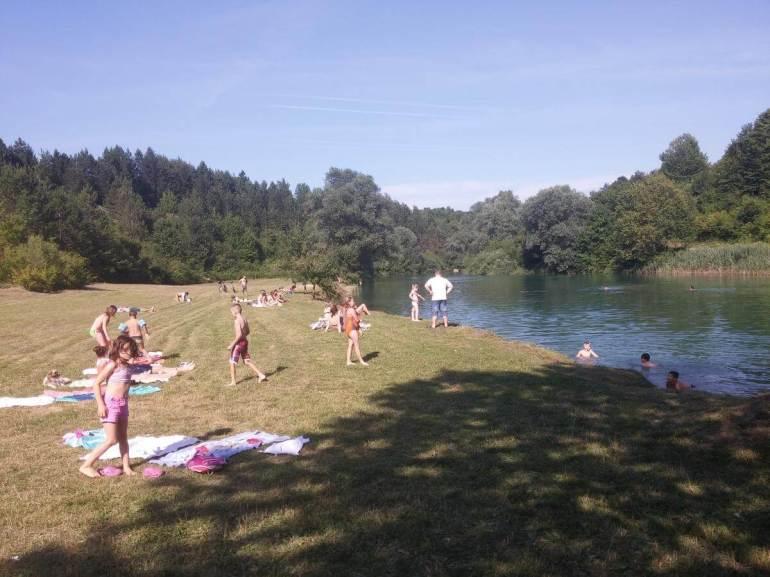Se baigner dans la rivière Korana près de Rastoke