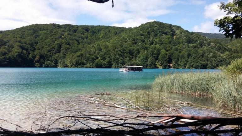 bateau électrique sur le lac Kozjak à Plitvice
