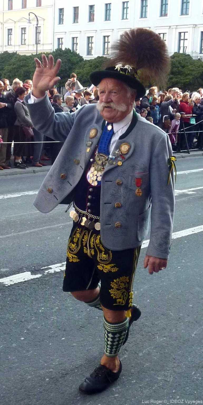 défilé des costumes traditionnels à Oktoberfest à Munich