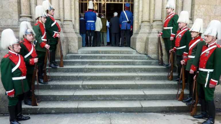 gardes à l'entrée de la chapelle de Starnberg à la cérémonie de commémoration de la mort de louis ii de bavière