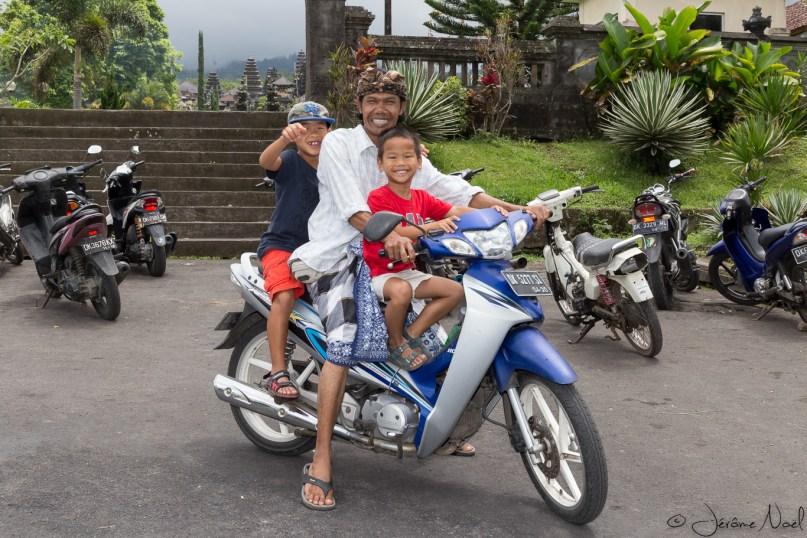 Besakih - les enfants à moto