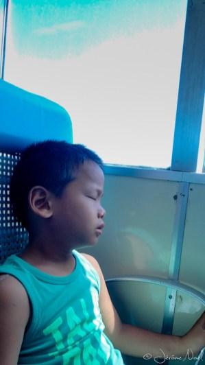 dans le ferry, la fatigue se fait sentir