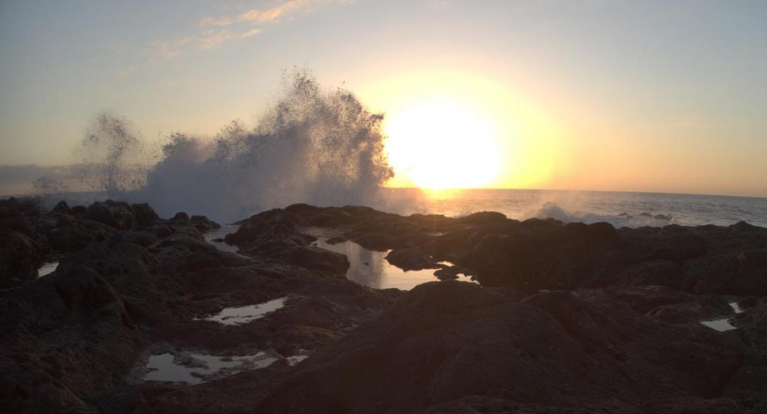 les vagues qui s'éclatent sur les rochers volcaniques de la réunion
