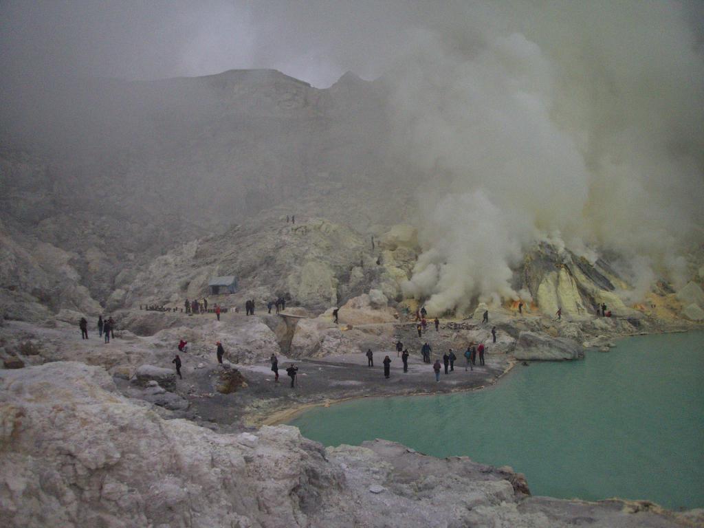 à l'intérieur du volcan du kawah ijen sur l'île de java en indonésie