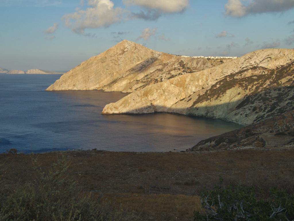 les falaises abruptes de folegandros dans les cyclades