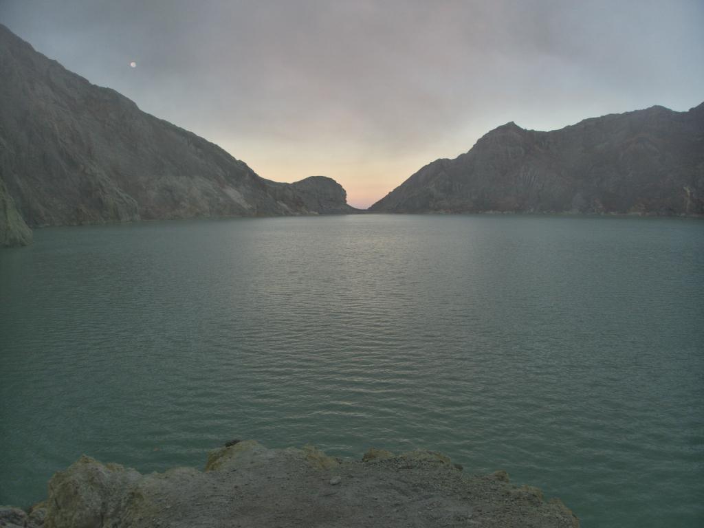 lac acide à l'intérieur du cratère du kawah ijen à java