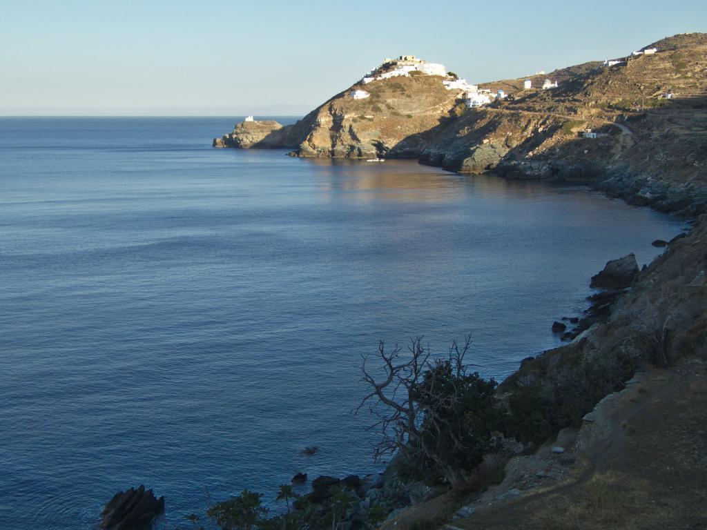 petit village perché de sifnos dans les cyclades