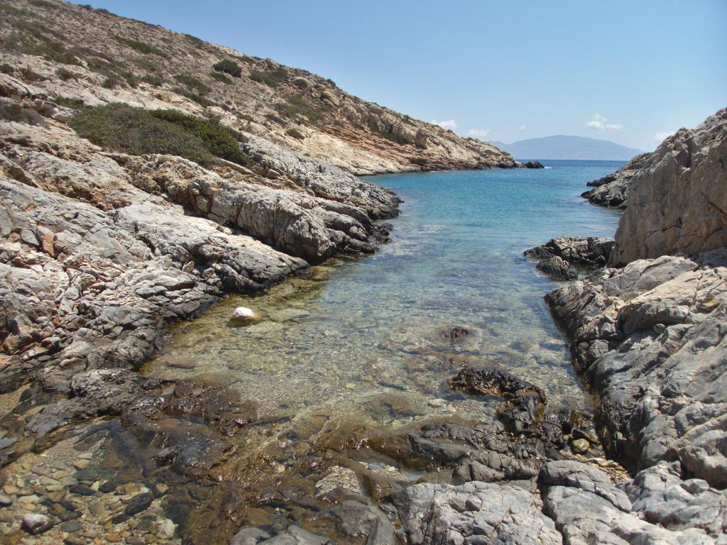 petite crique sauvage à Sikinos dans les Cyclades