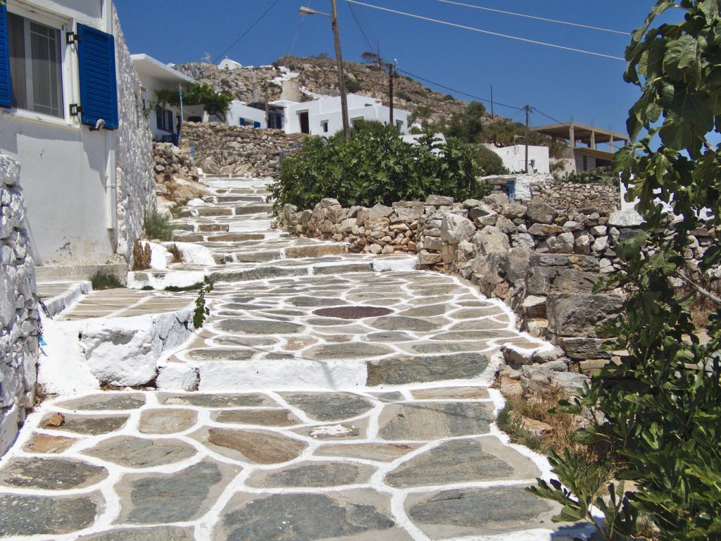 les ruelles sinueuses de Sikinos dans les Cyclades