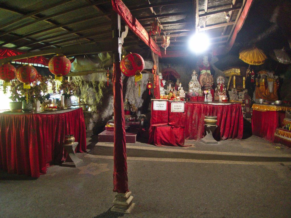 un temple souterrain à bali en indonésie