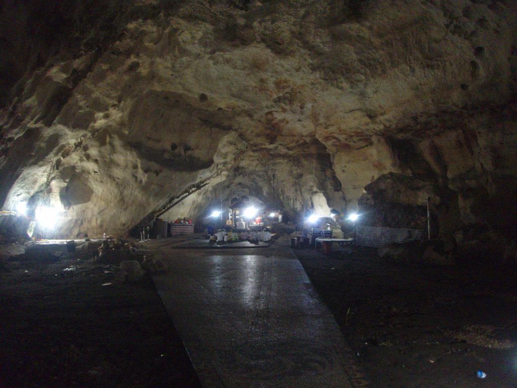 cérémonie dans un temple souterrain en indonésie
