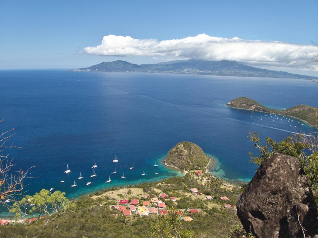 Vue sur le pain de sucre et sur la Guadeloupe depuis Terre de Haut dans les Caraibes