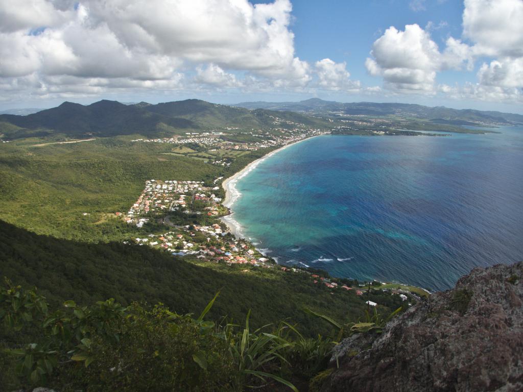 vue sur la baie du Diamant depuis le Morne Larcher en Martinique dans les Caraïbes