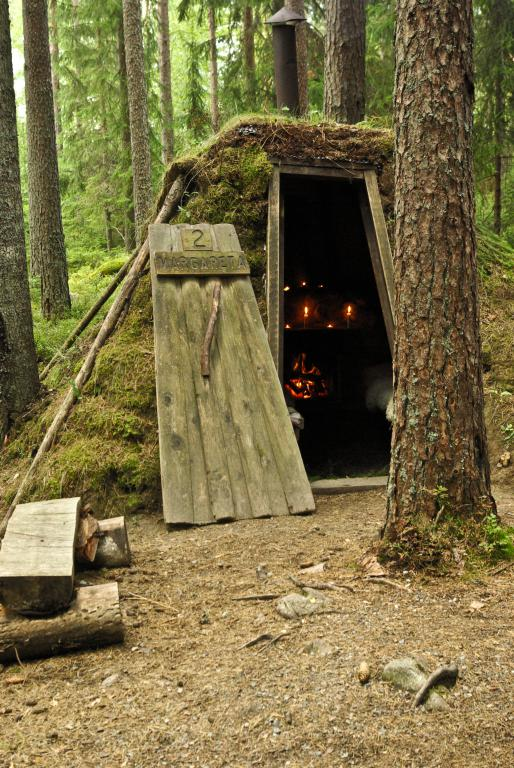 hébergement insolite constitué de huttes en bois