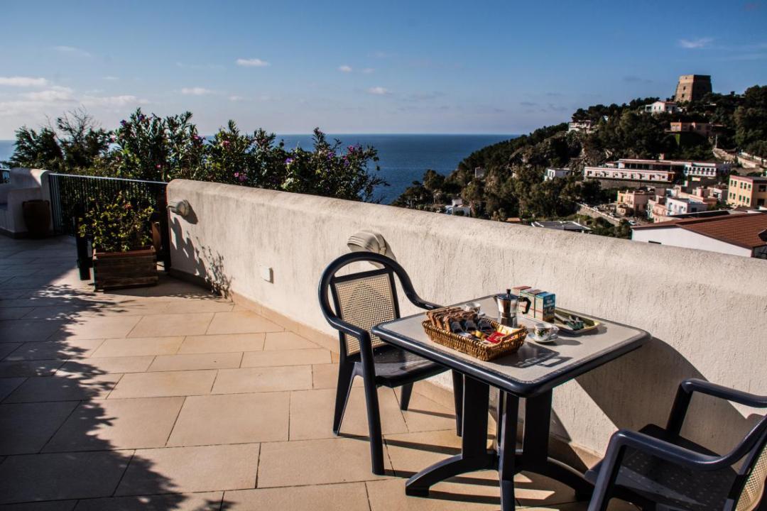 petit déjeuner depuis le logement à ustica en méditerranée