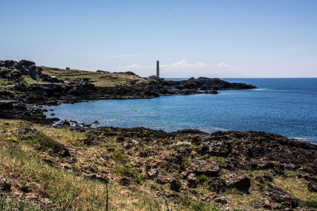 les cotes découpées de ustica une ile méditerranéenne