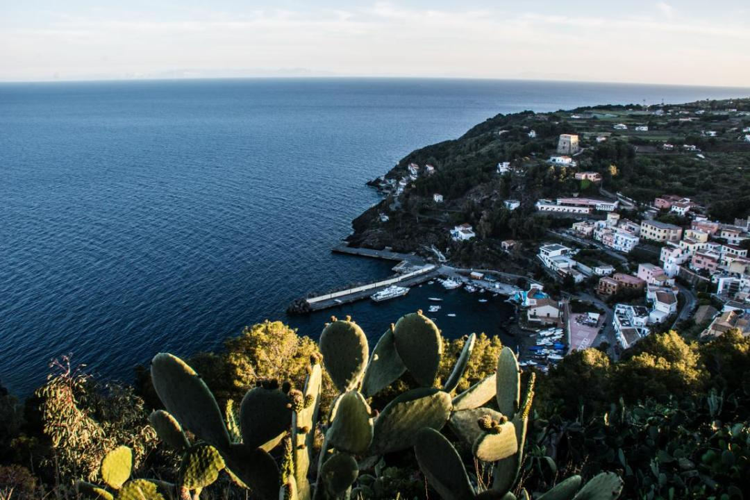 vue sur la ville d'ustica en méditerranée