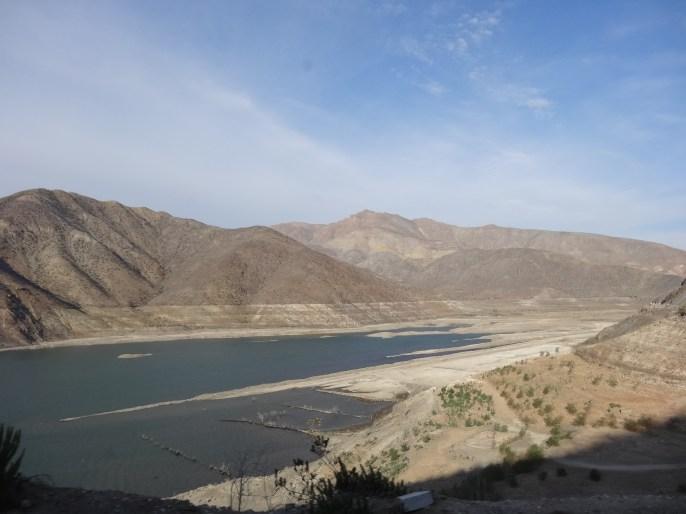Imagen de la sequía que acucia al Valle de Elqui..... en el embalse se ven las marcas de adónde llegaba el agua sólo 3 años antes!