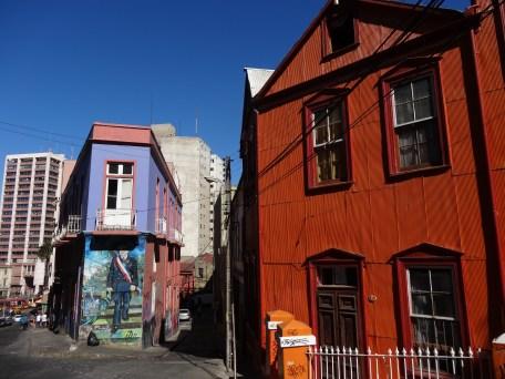 Coloridas casas y mural de Salvador Allende