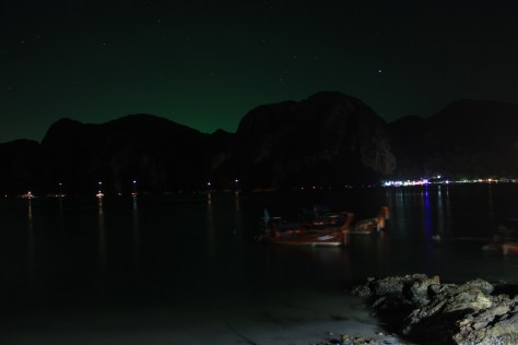 Al caer la noche en el lado tranquilo de Phi Phi Don