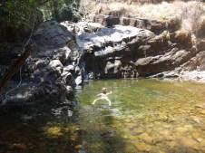 Victor dans la mini cascade