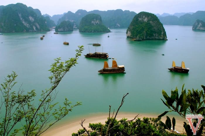 Vue des bateaux de la baie d'Halong