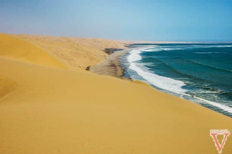 Sandwich Harbour dunes dans l'océan