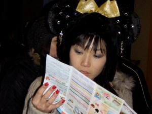 En train de lire le manuel pour comprendre les français...