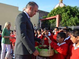 Saludando a los escolares el alcalde de El Marqués
