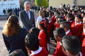 Entusiasmados los alumnos saludando a alcalde de El Marqués