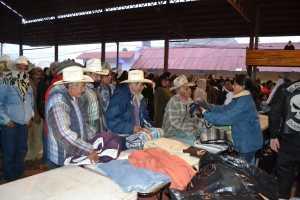 Anayely Álvarez entregando cobijas a sus habitantes