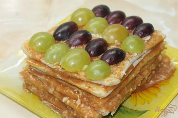Торт из слоеного теста с масляным кремом и виноградом ...