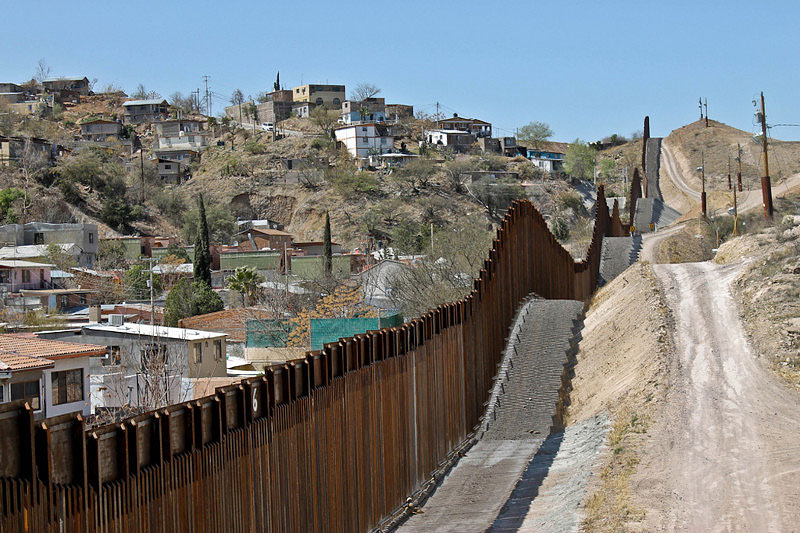 nogales mexico on border wall id=22494