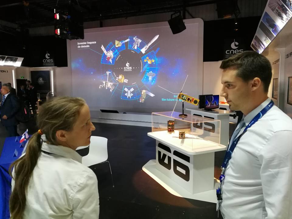 Kevin Costard (Modélisateur 3D - VR2Planets) & Susasn Conway sur le pavillon du CNES lors du Salon International de l'Aéronautique et de l'Espace 2017 (Le Bourget)