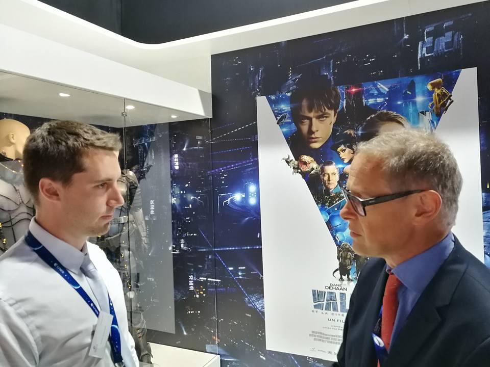 Kevin Costard (Modélisateur 3D - VR2Planets) discutant avec Sylvestre Maurice sur le pavillon du CNES lors du Salon International de l'Aéronautique et de l'Espace 2017 (Le Bourget)