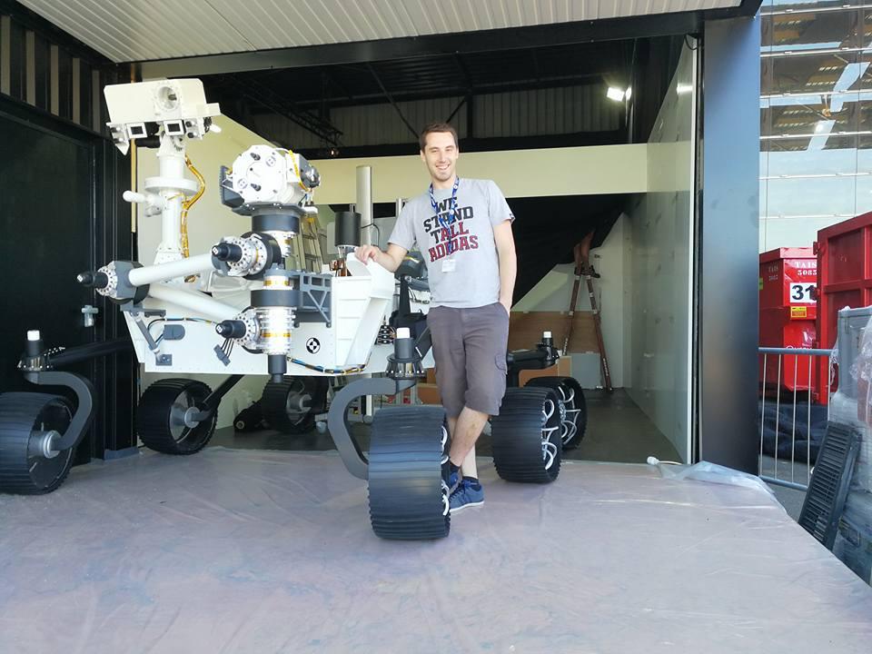 Kevin Costard posant à côté de la maquette du Robot Mars Rover Curiosity lors du Salon International de l'Aéronautique et de l'Espace 2017 (Le Bourget)