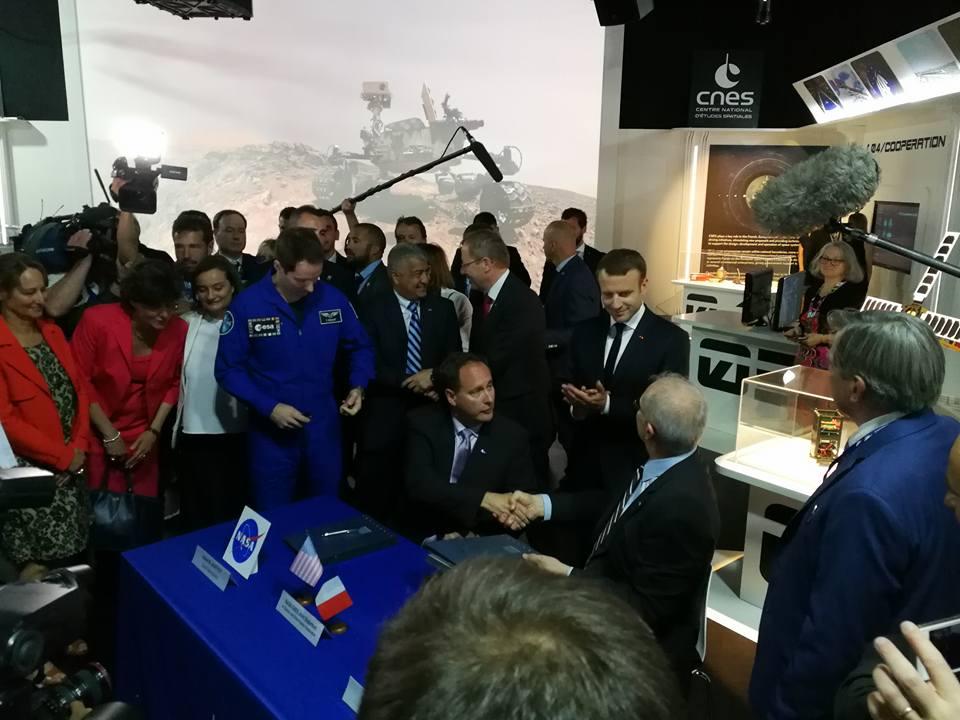 Discussion entre Thomas Pesquet, le président de la république Emmanuel Macron et les cadres du CNES sur le pavillon du CNES lors du Salon International de l'Aéronautique et de l'Espace 2017 (Le Bourget)