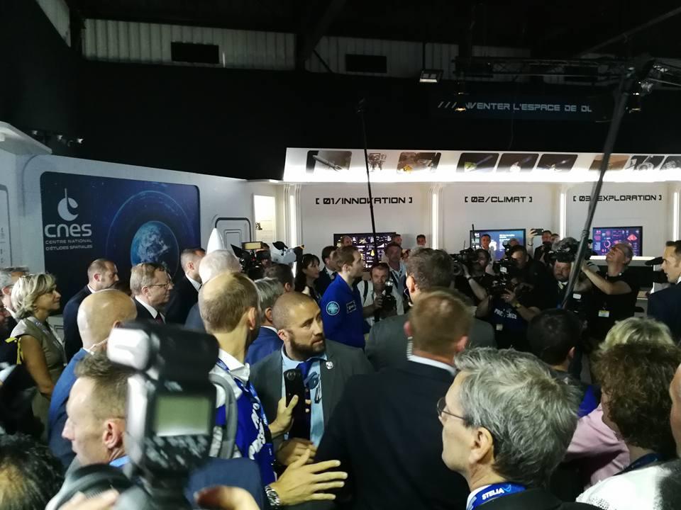 Arrivée de Thomas Pesquet et du président de la République Emmanuel Macron sur le pavillon du CNES lors du Salon International de l'Aéronautique et de l'Espace 2017 (Le Bourget)