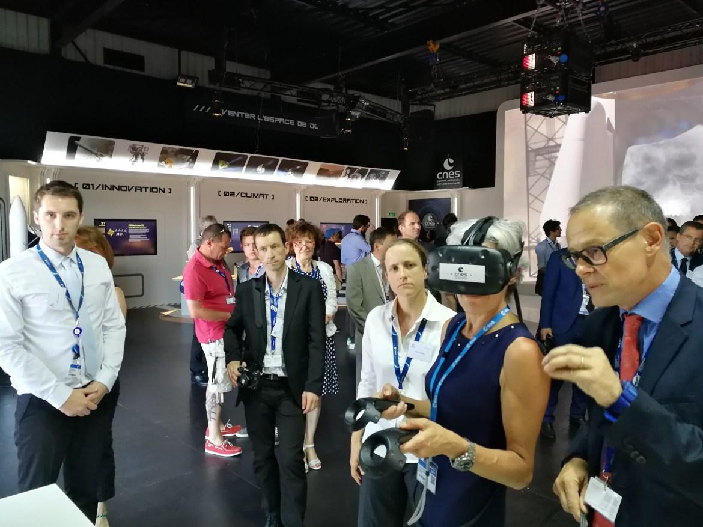 Claudie Haigneré, accompagnée de Sylvestre Maurice, teste l'application VR2Mars avec un casque de réalité virtuelle sur le pavillon du CNES lors du Salon International de l'Aéronautique et de l'Espace 2017 (Le Bourget)