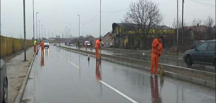 """ЈКП """"Комрад"""" ради на уклањању ризле и чишћењу улица"""