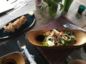 Салат с тунцом. Тот же самый греческий, но вместо брынзы - тунец и яйцо