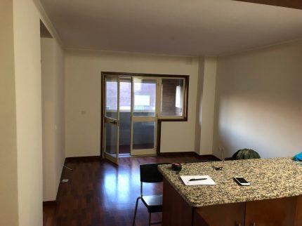 Зал, балкон и барная стойка, которая отделяет зал от кухни