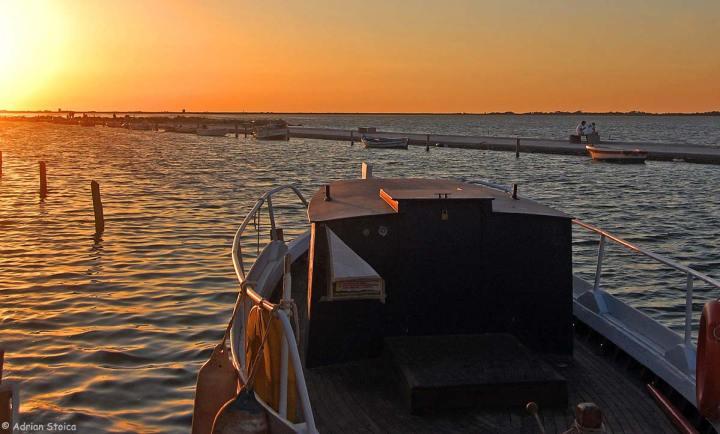 Sfarsit de zi, cu barca pe laguna