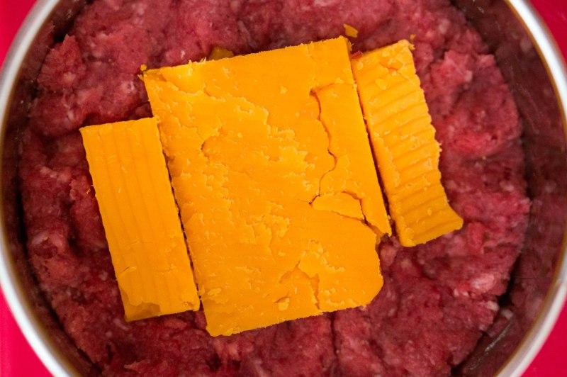 Zorg dat de kaas niet te dicht bij de randjes komt