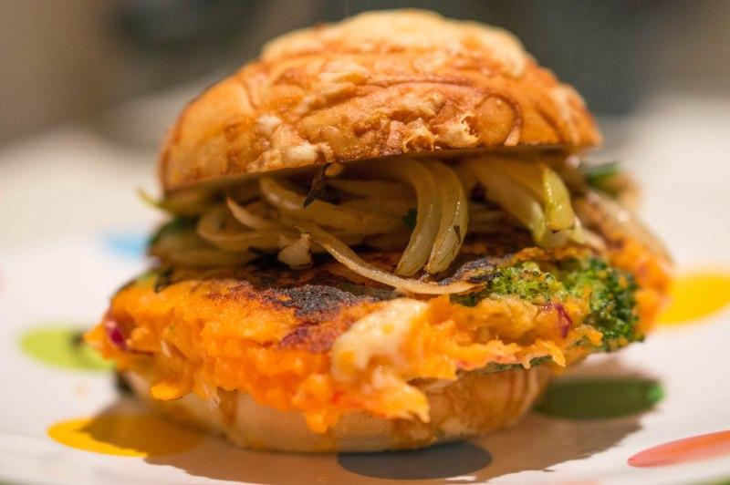 Vegaburger van zoete aardappel en broccoli