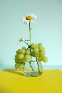 Margriet met druiven.