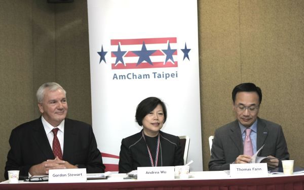 AmCham Marketing and Distribution Committee head Gordon Stewart (left), President Andrea Wu (吳王小珍)(center) and Chairman Thomas Fann (范炘)(right) say that English capability is a major problem for most Taiwanese talents but the situation is getting better during the past four years.  (Photo/Jimmy Chuang)