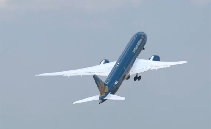 Vietnam Airlines 787-9 Dreamliner showing an attractive, almost vertical take off in Le Bourget, during the Paris Air Show.