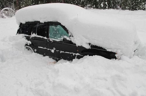 Как правильно очистить автомобиль от снега?