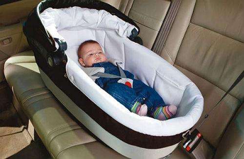 Многие водители, у которых появляются дети, не сразу задумываются о необходимости приобретения автолюльки для новорожденных, однако именно такое кресло может спасти жизнь малышу в случае ДТП. В данной статье мы рассмотрим: по каким причинам нужно перевозить маленьких детей в специальном автокресле, как выбрать автолюльку для новорожденных. Стоит отметить, что специалисты крайне не советуют использовать в автомобиле для перевозки грудничков люльку от коляски, так как она не может обеспечить ребенку надежную защиту при возникновении аварийной ситуации. Потому что обеспечить надежную защиту ребенка может только правильно закрепленное кресло. Тесты люлек от коляски показали, что при их использовании ребенок получает минимальную защиту. Автолюлька для новорожденных как правильно выбрать? Автолюбители должны четко понимать, что новорожденные дети имеют слабые суставы, поэтому перевозить их в автомобиле необходимо с максимальным комфортом, который обеспечивает кресло для новорожденного, разработанное с учетом строения и особенностей тела ребенка. На автомобильном рынке для новорожденных представлены автокресла двух групп: «0» - люльки этой группы предназначены на детей в возрасте до шести месяцев. Чаще всего такие модели устанавливают боком на заднее сидение. Само сидение закрепляют двумя ремнями автомобиля, а ребенок в кресле пристегивается специальными ремнями. Строение кресла создает максимальный комфорт и безопасность для малыша. «0+» - автокресла данной группы разработаны для перевозки детей в возрасте до 1 года. Частенько люльки 0+ называют кресла-переноски, потому что они имеют специальную ручку. Такие кресла устанавливают так, чтобы ребенок был расположен против хода движения, так как такое положение ребенка предотвратит выброс его головы при сильном ударе. Такое кресло можно закреплять и на переднем сидении возле водителя, однако в этом случае подушка безопасности должна быть отключена. Чтобы облегчить выбор люльки представим ТОП-5 автокресел для новорожденных, ко